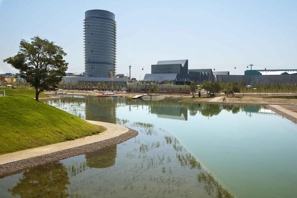 """Zaragoza. Laguna del parque del agua """"Luis Buñuel"""", al fondo la torre del agua y el palacio de congresos"""