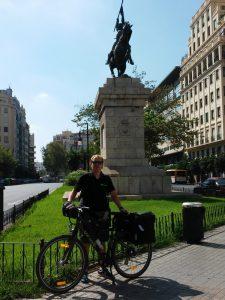 Con la estatua del Cid en la plaza de España (Valencia).