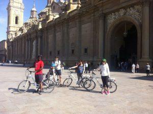 Ciclistas en la Plaza del Pilar